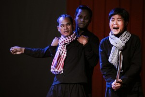 Le Kamaphibal (Uk Sinat), Hou Youn (Sam Sarry) et Yukanthor (Mao Sy) ⓒ Michèle Laurent, 2013.