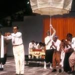 Penn Nouth (Maurice Durozier), Sihanouk (G. Bigot), des paysans (Zinedine Soualem and Simon Abkarian), Mme Khieu Samnol (Myriam Azencot) ⓒ Michèle Laurent, 1985.
