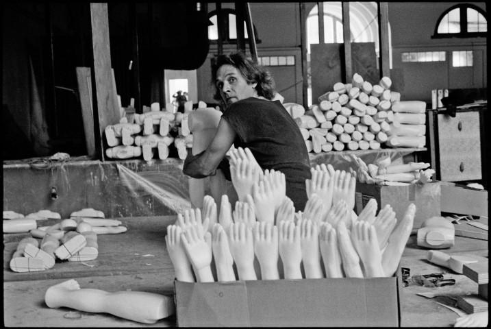 """Erhard Stiefel, sculpteur et accessoiriste, créant les """"poupées"""" de Sihanouk. Image : Martine Franck ⓒ Magnum Photos."""