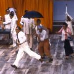 Sihanouk, (Georges Bigot) un paysan (Zinedine Soualem), Mme Khieu Samnol (Myriam Azencot) un paysan (Simon Abkarian) dans la mise en scène d'Ariane Mnouchkine,1985.