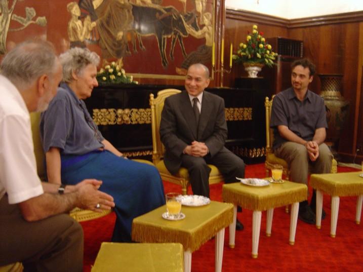 M. Durozier, Ariane Mnouchkine,  Norodom Sihamoni, et Serge Nicolaï, reçus au Palais Royal, Cambodge, 2008 ⓒ Serge Nicolaï.
