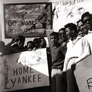 Novembre 1963, Manifestation devant le Palais royal © Micheline Dullin.