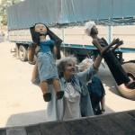 Ariane Mnouchkine déchargeant les poupées à Amsterdam en 1986 ⓒ Liliana Andreone.