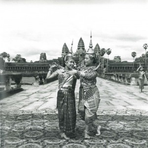 Danseuses du Ballet Royal devant le temple d'Angkor © Micheline Dullin.