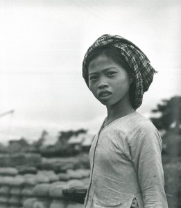Jeune fille à Kampong Chhnang © Micheline Dullin.