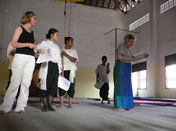 A. Thompson, San M. et A. Mnouchkine lors d'une séance de travail à Battambang ⓒ E. Canto, 2008.