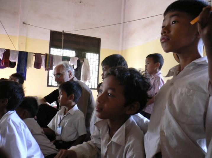 Maurice Durozier et les enfants de Phare Ponleu Selpak lors d'une séance de travail ⓒ Everest Canto, 2008.