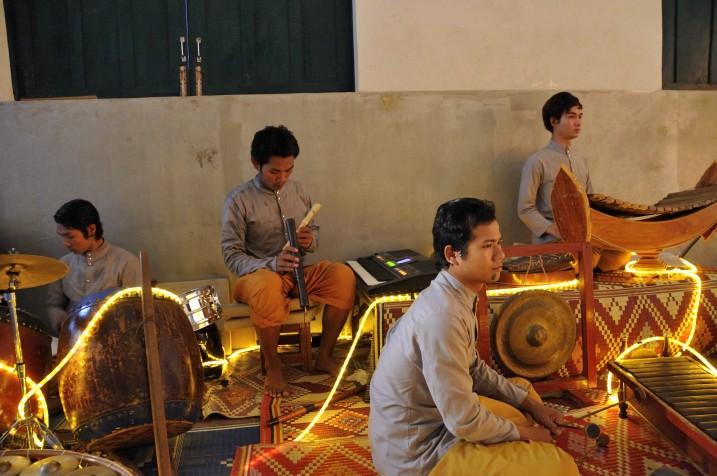 Les musiciens, atelier à Battambang, 2010.ⓒ Everest Canto.