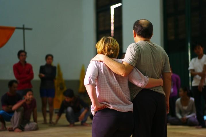 Delphine Cottu et Georges Bigot lors d'une séance de travail au Cambodge ⓒ Arno Lafontaine, 2013.
