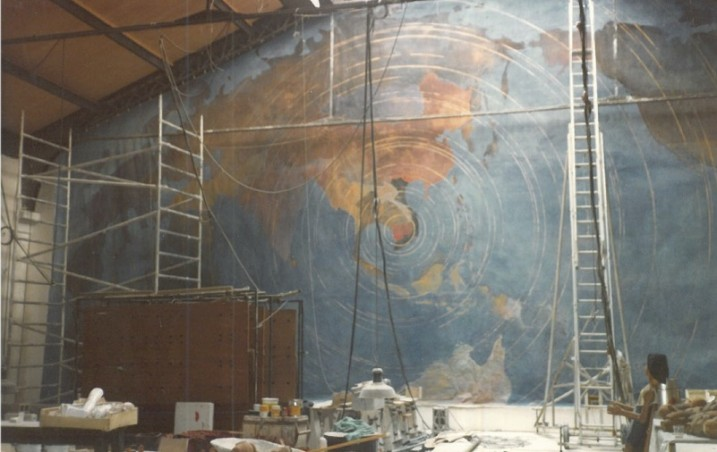 Réalisation en cours de la fresque murale par Roberto Moscoso ⓒ Liliana Andreone,1985.